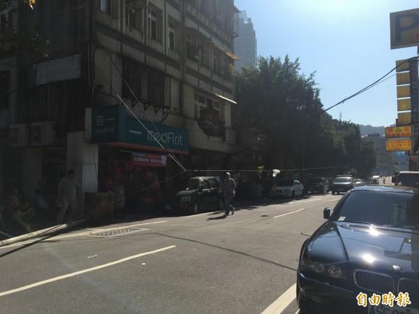 基隆市義四路路燈無預警倒下,所幸沒有人受傷。(記者俞肇福攝)