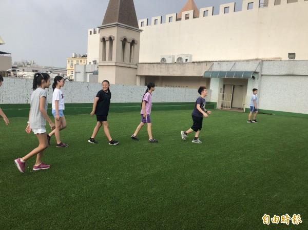 新竹市科園國小將學校屋頂的防水隔熱工程改造為學生的秘密基地,學生都搶著到頂樓玩及探索。(記者洪美秀攝)