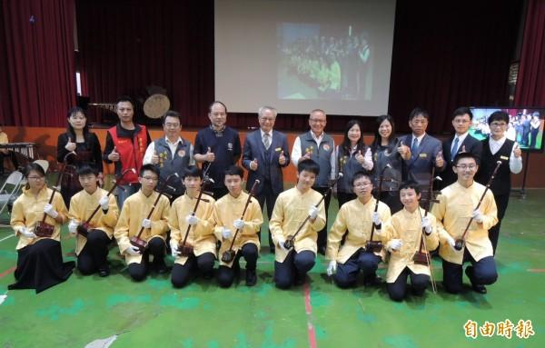 財團法人宇宙光般若自在門功德基金會捐贈公館國中9把紫檀木製作的胡琴,由音樂班學生代表接受。(記者張勳騰攝)