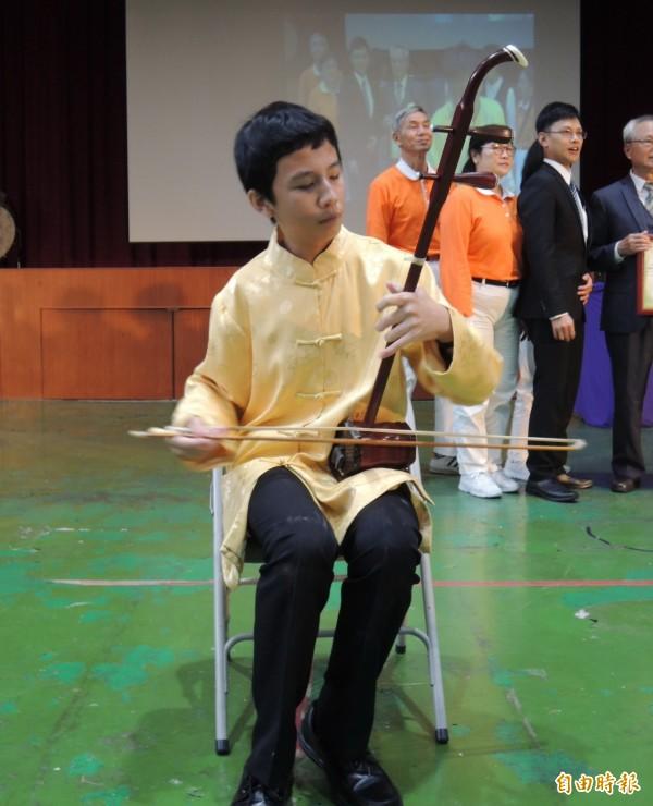 公館國中音樂班學生馬上以新胡琴小試身手。(記者張勳騰攝)