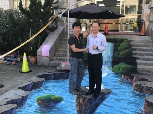 基隆市警察局長黃明昭(右)站在彩繪瀑布上拍照(記者吳昇儒翻攝)
