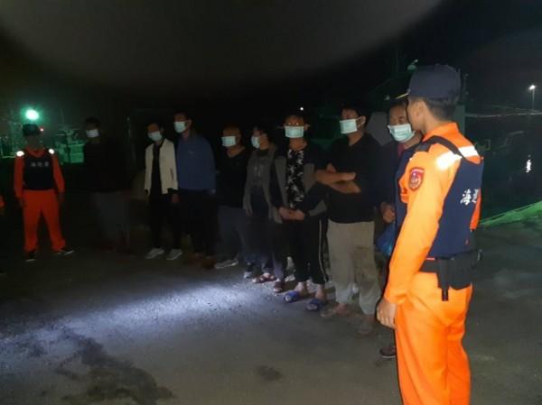 海巡署人員將違法越界捕撈的中國籍漁船及船上人員帶回台中港偵訊。(記者歐素美翻攝)