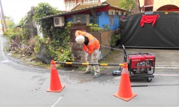 自來水公司推動降低漏水率計畫,希望在2022年前,將宜蘭縣漏水率降至14.7%。圖為工程人員使用聽音檢漏工法。(水公司八區處提供)