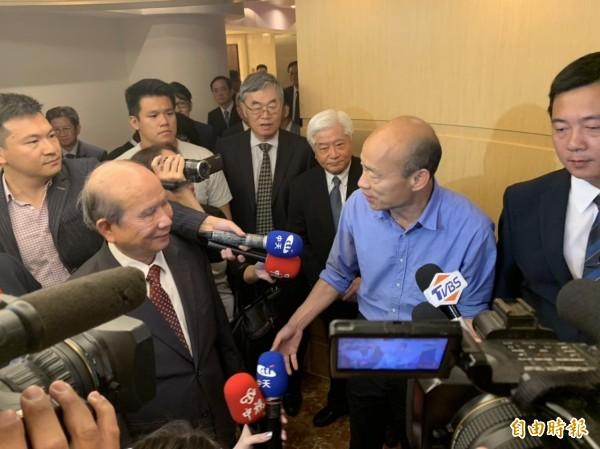 高雄市新科市長韓國瑜(右2)表示,未來高雄市政府將營造更友善的經商投資環境,希望企業家能增大對高雄投資的力度。(記者蘇福男攝)