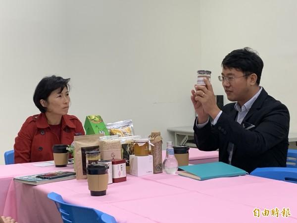 新科縣長饒慶鈴(左)拜訪中小企業協會。(記者張存薇攝)