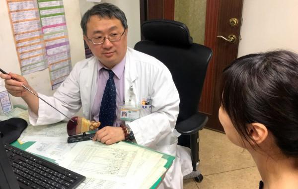 衛福部南投醫院院長洪弘昌細心詢問病友症狀,照片病友與此新聞無關。(記者謝介裕翻攝)