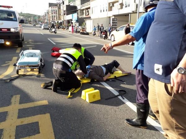 老翁胸部、肋骨多處骨折,消防人員到場時,老翁已失去生命跡象。(記者彭健禮翻攝)