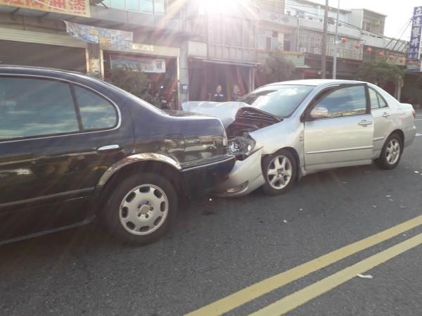 通霄警分局的郭姓警官,為了閃避迎面而來的機車碎片,緊急煞車,也被後方車輛追撞。(記者彭健禮翻攝)