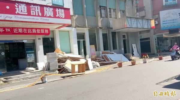 南投市新科市民代表歐陽燦岳,經營多年的手機連鎖總店將改做港式茶點,引發外界關注。(記者謝介裕攝)