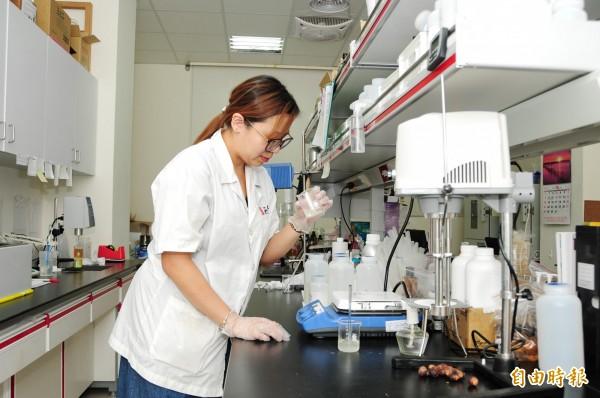 靜宜大學化粧品科學系校友莊雅雯,利用所學,努力研發對環境友善的化粧品。(記者歐素美攝)