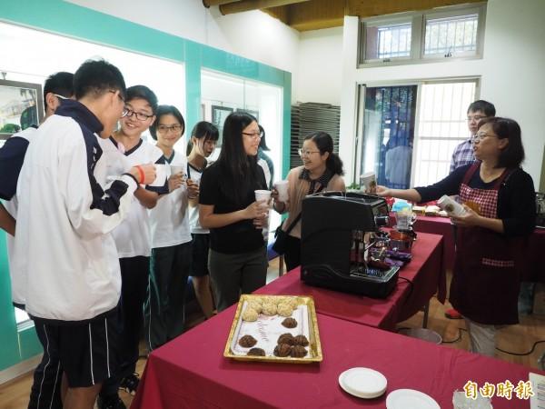 中興高中圖書館週現場煮咖啡,咖啡飄香吸引學生上門。(記者陳鳳麗攝)