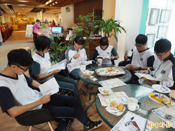 中興高中學生在圖書館的咖啡座,享受喝咖啡看書樂趣。(記者陳鳳麗攝)