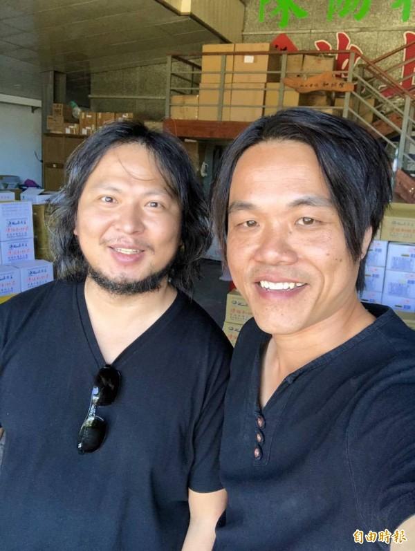 池上青農魏瑞廷(右)與奧丁丁團隊創辦人王俊凱合作,將區塊鏈科技導入池上米產業。(記者陳賢義攝)