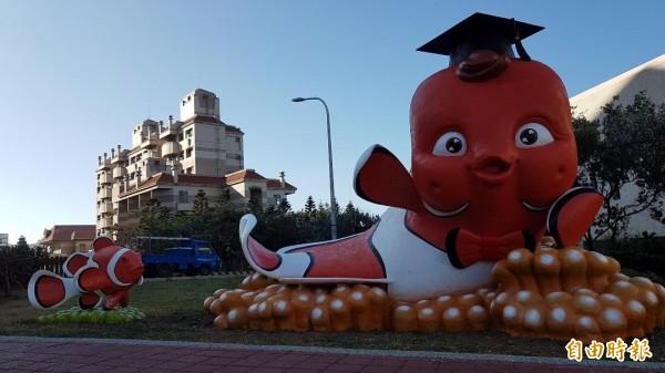 學士版小丑魚公仔,放置在海科大樓前。(記者劉禹慶攝)