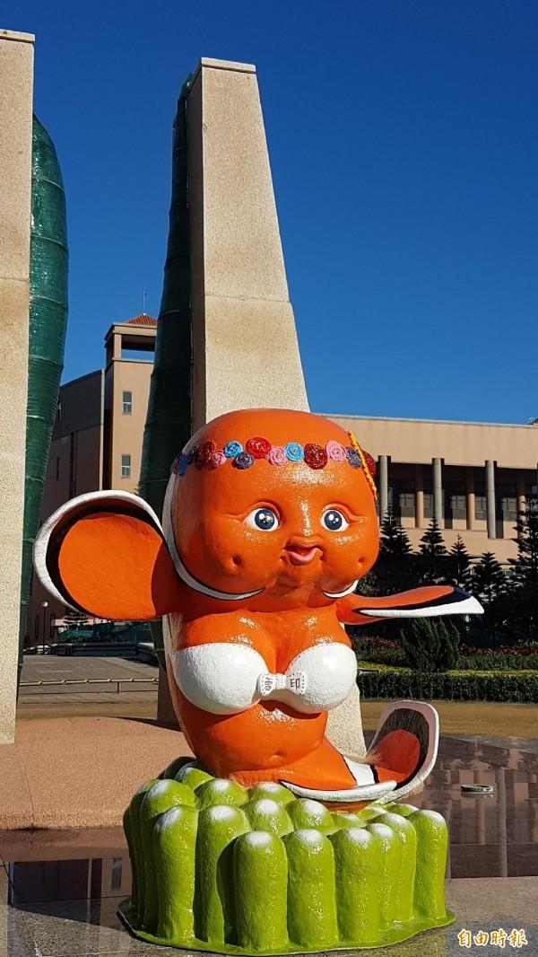 搞笑版的「比基尼小丑魚公仔」放在澎科大校門口,造型引發網路熱議。(記者劉禹慶攝)