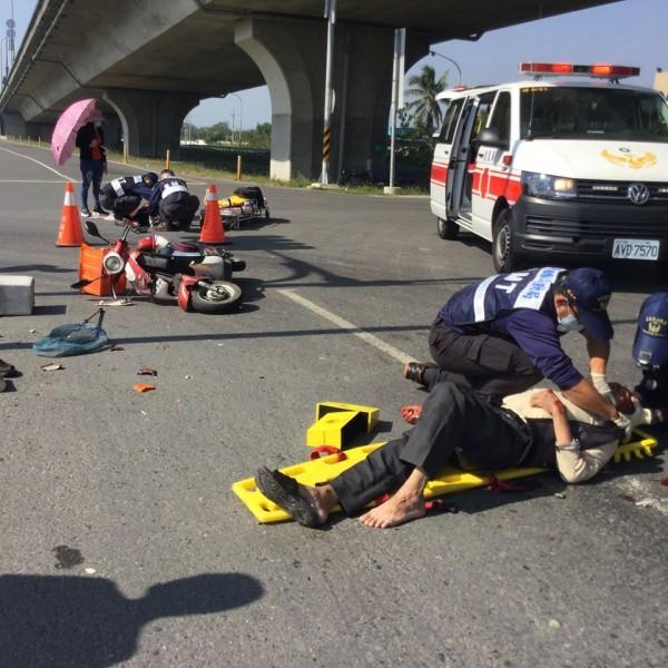 騎電動機車的陳姓老翁與騎機車的鄭姓男子相撞。(記者林宜樟翻攝自臉書社團朴子民意觀察站)