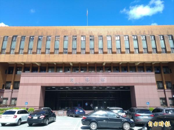 法務部期盼香港本於司法互助互惠原則,將涉嫌殺害女友裝箱棄屍的陳同佳遣送來台受審。(記者吳政峰攝)