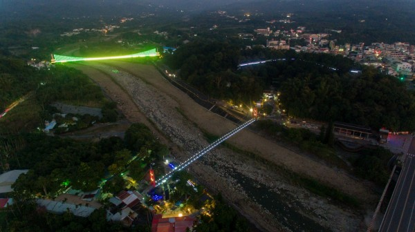 竹崎親水公園的行千吊橋(下)、弘景橋(左上)增設光雕,璀璨奪目。(竹崎鄉公所行政室員工賴國華提供)