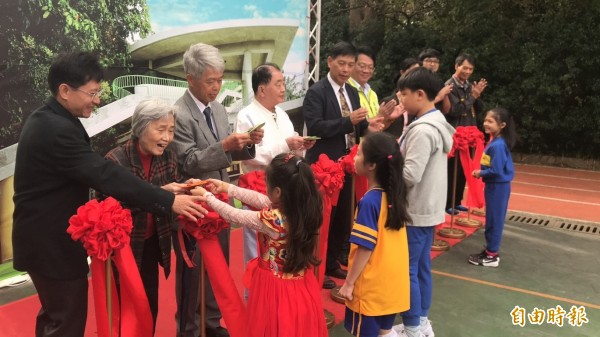 石光國小學童獻上自製的感謝卡給捐建「朱盛淇紀念圖書館」的朱氏家族代表。(記者黃美珠攝)