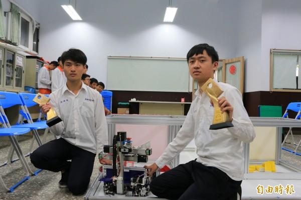 彭文哲(右)參加機器人世界賽奪銀牌、彭郁齊(左)則在全國賽奪金,堪稱全國機器人領域中最強高中生。(記者鄭名翔攝)