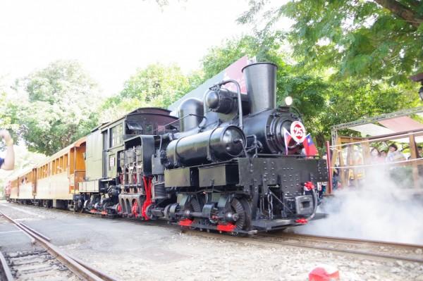 阿里山林鐵處預計明年元月起,每月行駛2班次的蒸汽火車頭掛載木造車廂主題列車上路載客,以動態行駛方式重現風華。(記者曾迺強攝)
