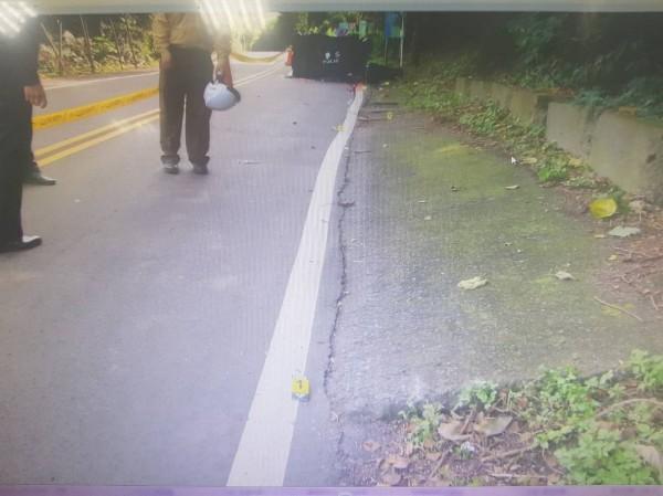警方拉起封鎖線調查車禍原因。(記者王宣晴翻攝)