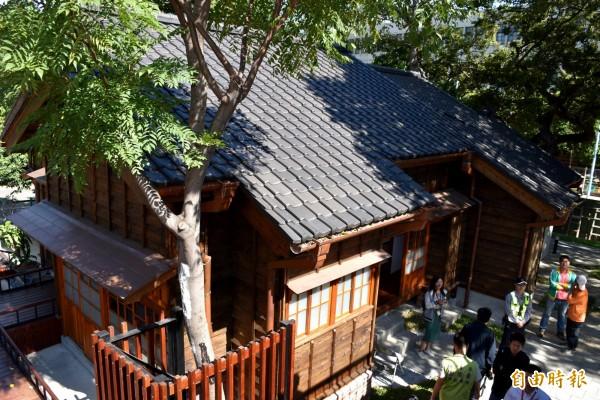 「中壢國小日式宿舍」特色為日式建築黑瓦與台式紅磚與紅瓦建築混合而成,老樹圍繞園區具有森林屋的感覺。(記者李容萍攝)