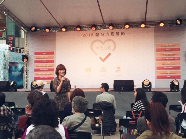 今年11月25日,貴婦奈奈還在臉書上傳照片及打卡,透露她在北市信義區新光三越香堤廣場舞台演講。(照片取自貴婦奈奈臉書)