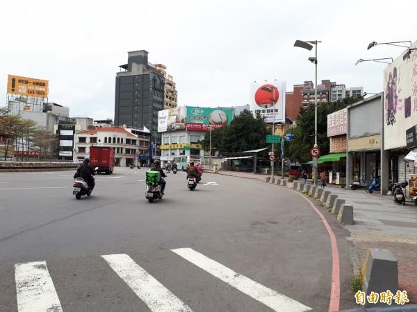 新竹市政府即將啟動步行城市的工程,其中東門城圓環的改造工程,除會縮減一個車道,也會讓人行空間更友善,不會有人行道停機車與行人爭道的情形。(記者洪美秀攝)