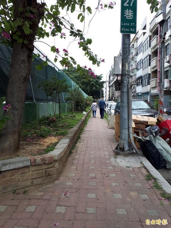 新竹市政府即將啟動步行城市的工程,其中銜接隆恩圳的人行道改善工程會從三民網球場周邊做起,改善現階段不平和窄小等問題,並打造無障礙空間。(記者洪美秀攝)