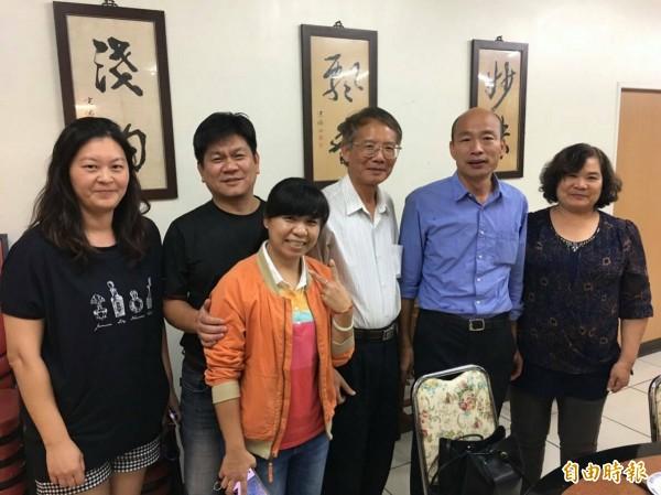 高雄市長當選人韓國瑜(右二)到虎尾吃滷肉飯感謝店家。(記者廖淑玲攝)