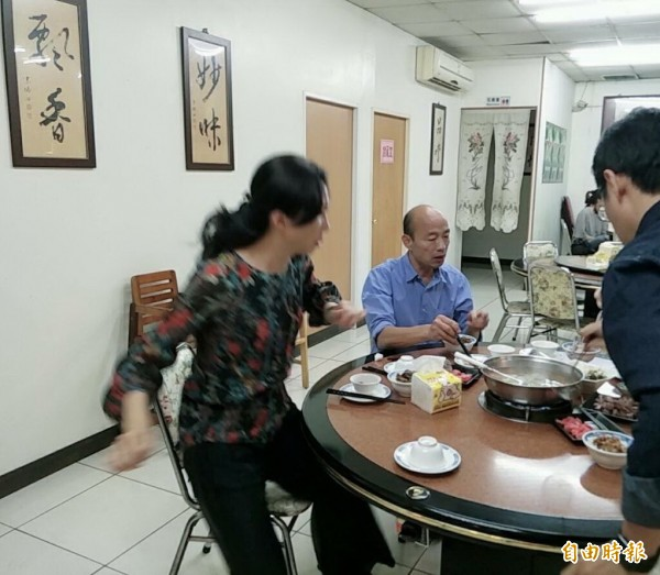 高雄市長當選人韓國瑜和妻子李佳芬回到雲林虎尾吃滷肉飯感謝店家。(記者廖淑玲攝)