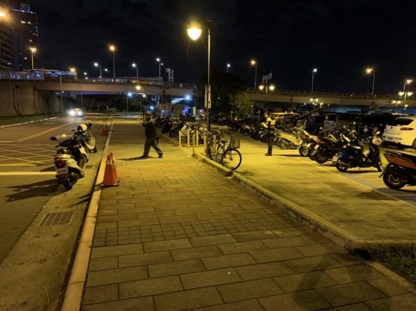 新北市永和警方今天晚上8時許獲報,中正橋橫移門內發生聚眾鬥毆情事,警方封鎖現場進行採證。(記者陳薏云翻攝)