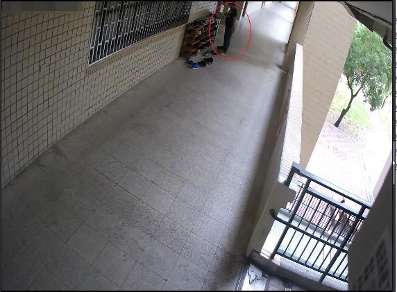 屏東賴姓男子跑到高市校園偷女高中生球鞋穿,害女學生得赤腳回家,校方報警追到屏東逮人、尋回球鞋,但被告人不敢穿了。(記者黃良傑翻攝)