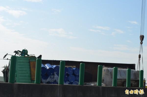 貨車上油桶掉落,警方全面封閉車道。(記者林國賢攝)