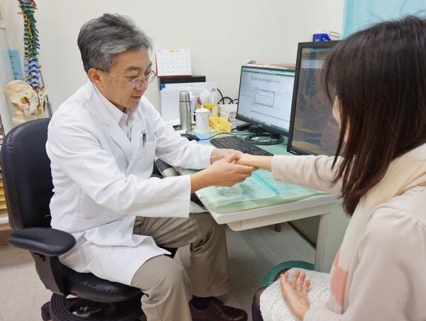 醫師檢查病患關節,確認是否因紅斑性狼瘡引起關節腫脹情況。圖非新聞當事人。 (圖由醫院提供)