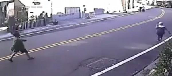 砍傷和美員警的女子,在事發前跑到大街上。(記者劉曉欣翻攝)