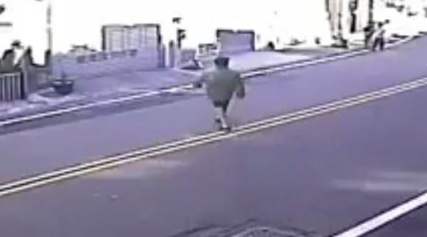 砍傷和美員警的女子,在事發前跑到大街上,走到對向馬路。(記者劉曉欣翻攝)