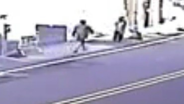 砍傷和美員警的女子,在事發前跑到大街上,走到對向馬路,朝兩名學童拉扯。(記者劉曉欣翻攝)