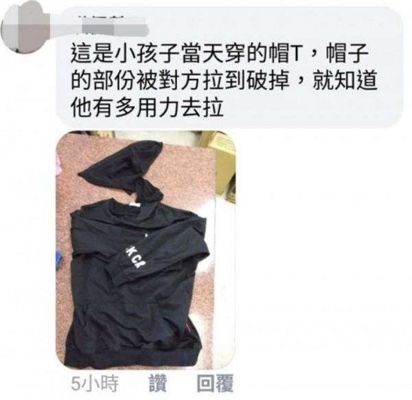 砍傷和美員警的女子,在事發前跑到大街上,把學童的衣服都快拉到破掉。(取自網路)