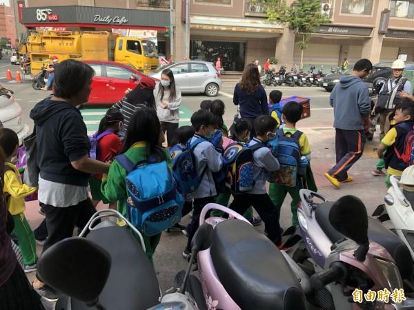 正值中午下課時間,小學生問到瓦斯異味摀鼻以防吸入。(記者魏瑾筠攝)