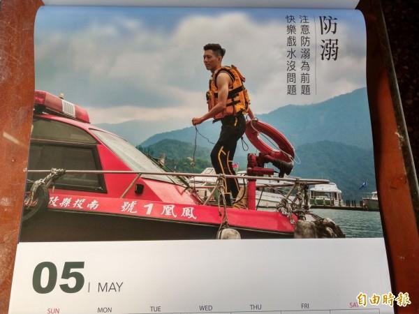 南投縣消防局2019消防月曆以猛男正妹消防員為主角,並搭配當月常有的災難類型做消防宣導。(記者劉濱銓攝)