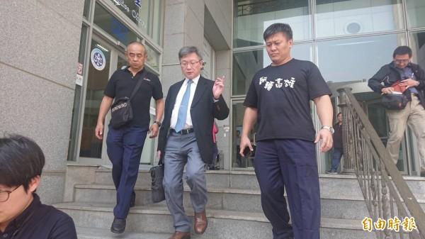 疑默許團隊霸凌林光宇的成醫前心臟外科主任羅傳堯(中)首次出庭。(記者王捷攝)