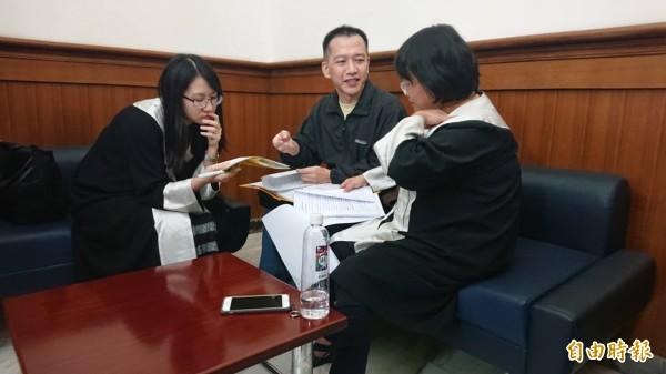 林光宇(中)律師團提出證據,想證實在羅傳堯的默許下,集體霸凌林光宇。(記者王捷攝)