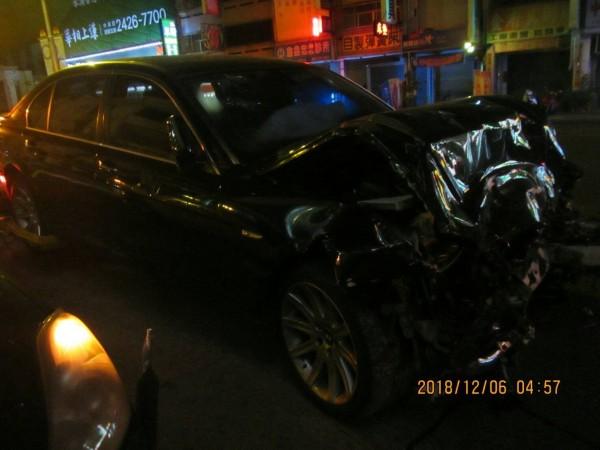 大七的車頭幾乎撞毀。(記者張瑞楨翻攝)