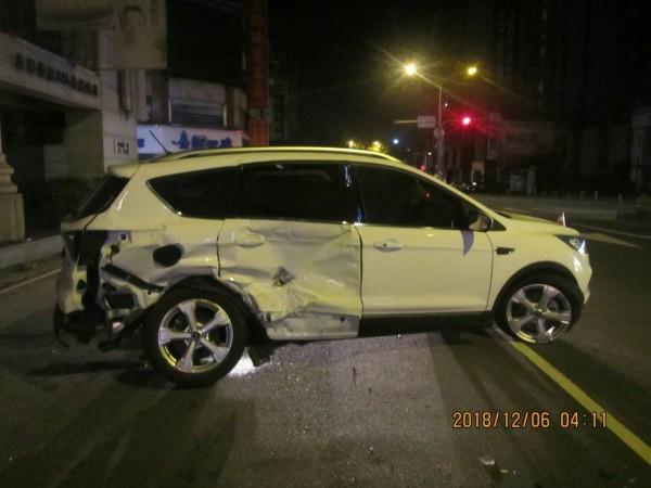 福特租賃車也被撞得頗慘。(記者張瑞楨翻攝)