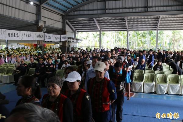 追思會現場湧入逾百人,瞻仰遺容隊伍綿延近百公尺。(記者邱芷柔攝)