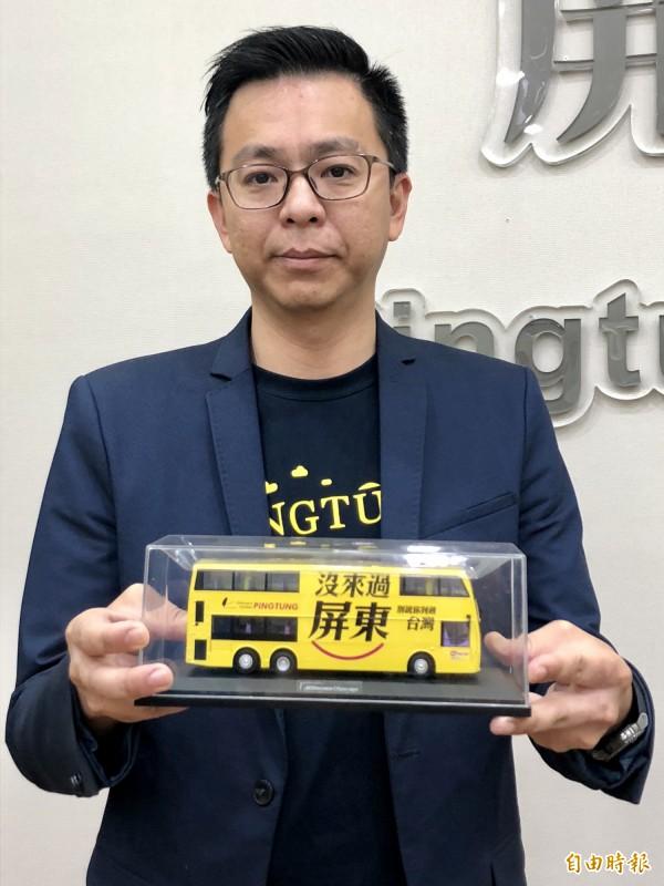 黃建嘉前年推動在香港巴士登觀光廣告,成功打響屏東知名度。(記者羅欣貞攝)