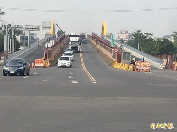 民雄陸橋兩側新車道已接近完工,即將變換車道,屆時中間舊車道將拆除。(記者蔡宗勳攝)