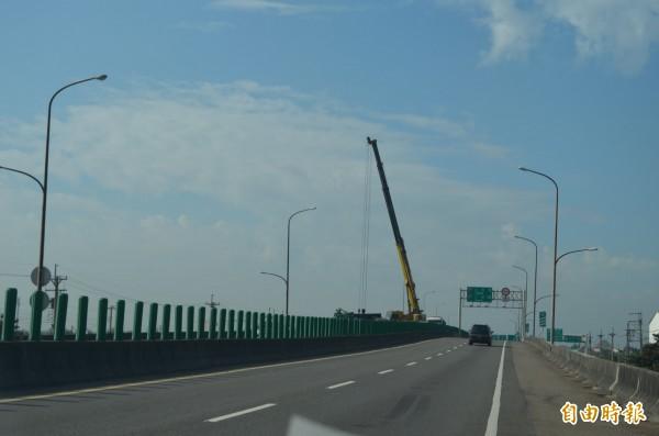 警方用吊車吊離大貨車。(記者林國賢攝)